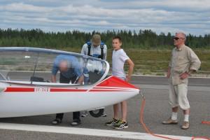 Delffiiniä OH-1009 valmistellaan lennolle.. Pääavustaja Ville katsoo tarkasti kuvaajaan :)